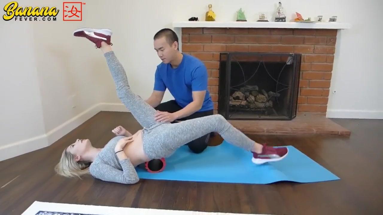 瑜伽gif|洋妞在上瑜伽课,亚裔教练趁机揩油